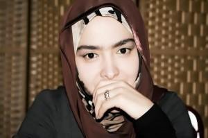 منیژه دولت، خواننده زنی که بعد از سفر روحانی حج، خوانندگی را رها کرد و اکنون بر اساس نظر زمانه از قافله هنر جا مانده!